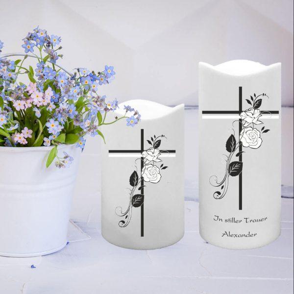 LED Kunststoff Kerze Weiß Trauerkerze Kreuz mit Rosen