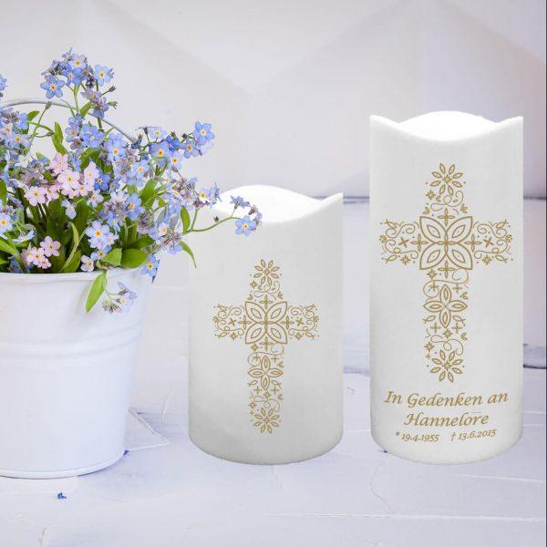 LED Kunststoff Kerze Weiß Trauerkerze Kreuz aus Ornamenten